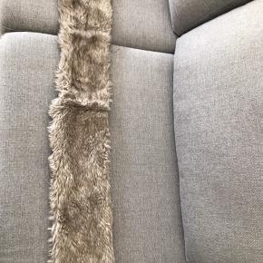 Imiteret pels, halstørklæde.  Byd- sender med DAO.   Gratis fragt