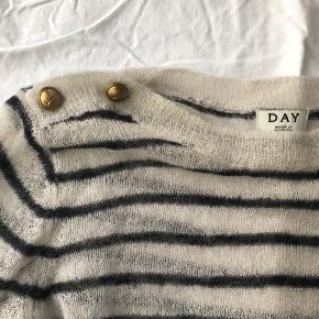 Rigtig lækker og fin sweater med fine guldknapper på skuldrene! Den er gået med få gange og er stadig i rigtig god stand.