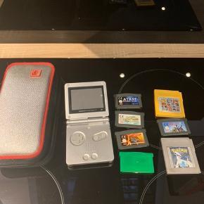 Gameboy advance sp m. Forskellige spil. Bl.a pokemon leaf Green (det hvor der mangler klistermærke) og pokemon Silver