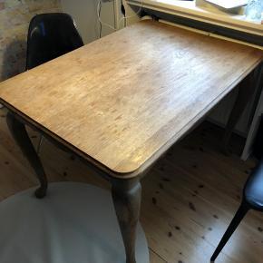 """Spisebord sælges. Pris: 700kr. Byd gerne. """"Rå/romantisk"""" stil. Bredde: 80cm Længde: 110cm Højde: 75cm Sælges pga flytning. Har 2 tillægsplader til hver ende der kan sættes på, da bordet kan trækkes ud i hver ende. Disse kan købes med for 100kr."""