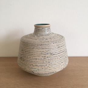 Flot keramik vase, ca 17,5 cm høj.