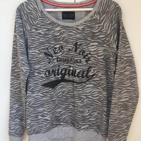d32d47ad1e2 Varetype: Sweatshirt Farve: Grå Fin og let sweat fra Neo Noir. Gråmelleret  zebraprint