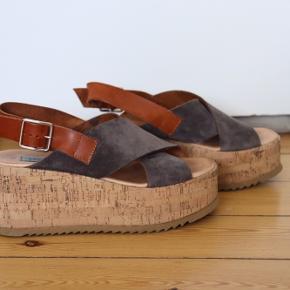 Apair plateau sandaler. Brugt få gange.   De er super fine og rare at have på.   Sender gerne flere billeder.