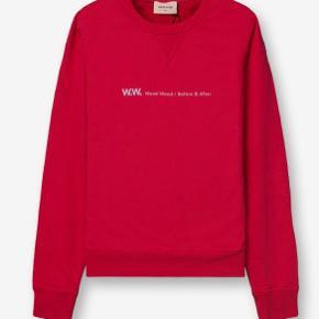 Rød/pink blød sweater med lyseblå skrift over brystet fra Wood Wood 🌟 Det er en størrelse medium   BYD BYD BYD