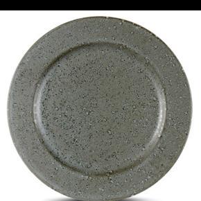 De flotteste Christian Bitz tallerkener. Der er 6 af den store middagstallerken på 27cm.  Se min profil, der kan resten af stellet findes og der kan laves en samlet pris hvis interessen er der :)   Ingen skår eller lignende.