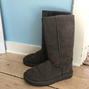 UGG støvler i flot grå farve, brugt meget lidt :-)