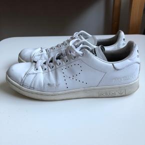 Adidas x Raf Simons Stan Smith købt i 2016-17. Hvid. Med original skoæske. Str. 43 1/3. NP 2100,- Nogle små ridser og mærker, men ser stadig meget godt ud.