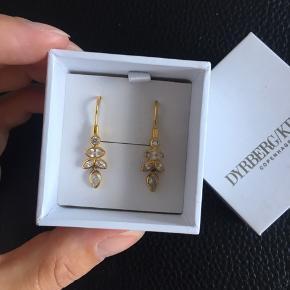 Øreringene er Sterling sølv forgyldt med 18 karats guld og stenene er cubic zirconia krystaller ✨ Køber betaler fragten på 37kr😊