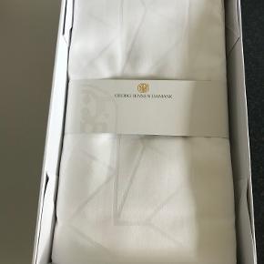 Georg Jensen Damask 2 sæt sengetøj / sengelinned / dyne- og pudesæt hvid str. 140 x 200 cm. Design: Arne Jacobsen. Helt nyt i kasse.  Pudebetræk måler 60 x 63 cm.  Dynebetræk måler 140 x 200 cm.  Nypris er 2200 kr. Kan sendes for 53 kr.