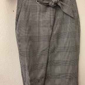 Lækker nederdel fra H&M, aldrig brugt, med prismærke! Passer en 40-42. Sender gerne.