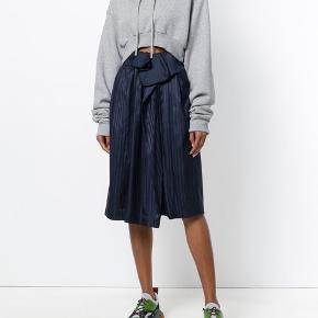 """Smuk nederdel i farven """"ink"""" fra Stella McCartney's forårs kollektion, den er brugt få gange og har få brugstegn. Det er en it 44, som svarer til en dansk 40.  Oprindelig købspris: 5399 kr.  Jeg bytter ikke, respekter venligst dette. Samtidig betaler køber gebyr ved tshandel (sælger og køber)"""