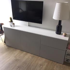 IKEA TV-Bord BESTÅ 180x64x40cm  Flotte lyse tonet grå låger og skuffer (Farve: LAPPVIKEN) Skuffer og låger er med luk let/tryk funktion.   Nypris: 1479kr. (Fåes stadig i IKEA)