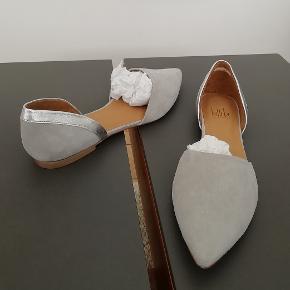 Bytter ikke. Billi Bi, lysegrå ruskind m. sølv hæl (se billederne).  Indvendigt mål på 24,5 cm, fra snude til hæl. Kommer fra et ikke ryger hjem. Ingen kasse til skoene.