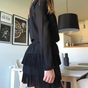 """Flotteste kjole fra Neo Noir sælges, da jeg ikke får den brugt. Kjolen er med lille flæse nederdel, med elastik i taljen. Det er en størrelse xsmall og nypris er 599 kr. Modellen hedder """"Amalie kjole""""    Yderstof: 100 % Polyester.  Foer: 100 % Viskose."""