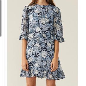 Printed georgette kjole fra ganni i blå blomster mønster. Nypris 1300kr.