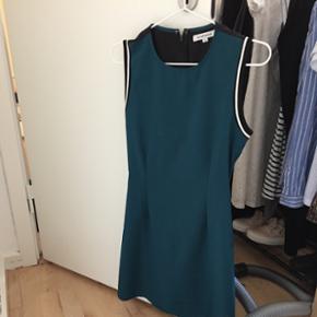 Sælger denne kjole med hul i ryggen. Den er formet, så den går ind på hofterne, sidder forholdsvis stramt og fint på kroppen. Størrelse small. Afhent i roskilde :)