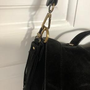 Et par år gammel men primært brugt som skoletaske i under et år. Da jeg har haft min mac i tasken er der skidt huller i stoffet for oven i hver side (kan ses på billedet). Ellers er den umiddelbart i gad stand men kunne have godt af luge at få en tur med en ruskindsbørste. Kom gerne med bud🤗