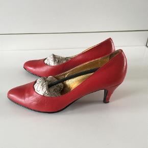Varetype: Heels Farve: Rød Oprindelig købspris: 1125 kr.  Brugt 3-5 gange. Rigtig gode sko. Hælene har dog brug for en kærlig hånd, derfor den lave pris