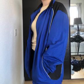 Blå Umbro jakke, str. XXXL. Er pæn og har ingen tegn på slid, har kun prøvet den på🌸
