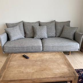 3 pers sofa fra ilva men kan sagtens sidde flere på den..sofaen er udgået model fra ilvas sortiment og kun brugt i 2 år. Fejler absolut ingenting, sælges da vi har brug for en større sofa til familien..  meget robust, slidstærk og vedligeholdt.   Nypris 11.000 kr