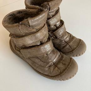 Brugt en vinter. Er fantastiske til at holde fødderne varme og så er de nemme at tage på 😊