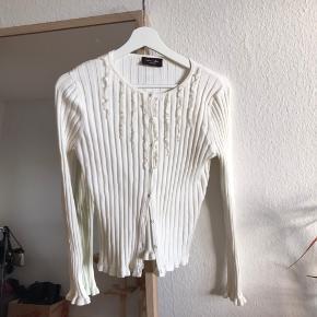 Hvid cardigan købt i udlandet. Fremstår som ny. Minder om ting fra Shein eller zaful.     Tags: Gina Tricot Monki H&m Stussy Carhart Weekday Zara  Brandy malvin