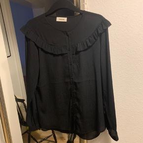 Super fin skjorte. Aldrig brugt. Mærket blev taget for hurtigt af..  Så nu skal den i andre gode hænder :)