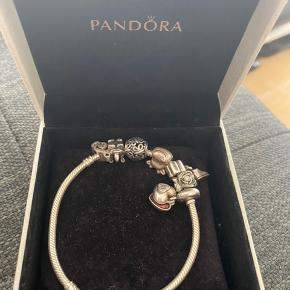 Pandora armbånd inkl 7 charms.  Der er smykker for langt over 2500 kr.  Sælges for 699 kr