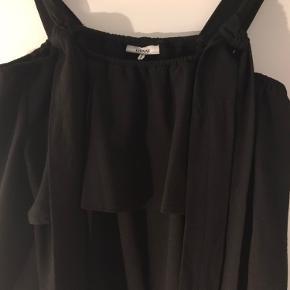 Sort Ganni Midi kjole, model Clark sælges. Kjolen kan trækkes ned over skuldrene; der er bindebånd der 'bærer' kjolen på skuldrene. Kan passes af 38/40/42