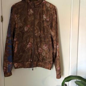 Sælger denne super fede han kjøbenhavn jakke, da den ikke bliver brugt.  Købt i foråret for cirka 1200,-   Tag den for 450,-