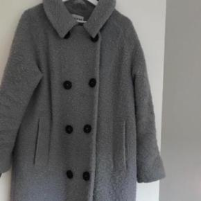 """Oprindelig købspris: 2400 kr.  Fin frakke fra Ganni i rigtig god stand - en del bedre en """"God, men brugt"""".   Bytter ikke.   Fra ikke rygerhjem."""