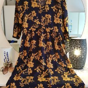 Kjole i navy med gule blomstrer - 3/4 ærmer og v-udskæring.