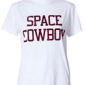 Ganni space cowboy t-shirt. To små huller i trøjen, men det gør intet for looket. Skriv for flere billeder