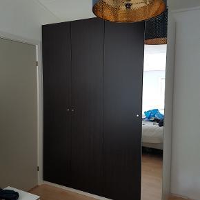 Klædeskab fra IKEA i deres velkendte PAX system, hvor dele nemt kan tilføjes og skiftes B 175 cm H 236 cm D 58 cm  Købt for 2 måneder siden Bagbeklædning er ikke med Sælges grundet ombygning i hus  Kom med et bud - er skilt ad Kan afhentes i 8471 Sabro - hurtig afhentning prioriteres