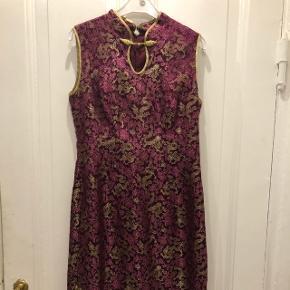 Skræddere syet fest kjole i pink med guld.