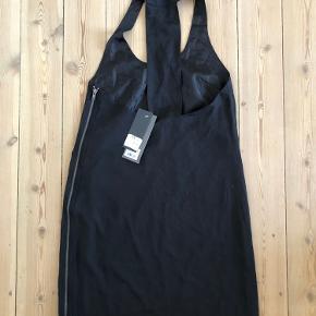 Sort kjole fra Envii Str. XS Aldrig brugt, prismærke sidder stadig på.   Brystmål 80 cm Længde 90 cm  Fra hjem uden røg eller kæledyr.  Sender gerne, køber betaler porto. Kan også afhentes på Frederiksberg.