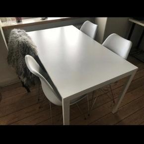 Kun seriøse henvendelser så vi ikke spilder hinandens tid :-) læs venligst hele annoncen..   ** Afhentes hurtigst muligt i Aarhus N.  Hurtig handel prioriteres. I skal være 2 om at hente det - det befinder sig på 2. sal :-)    Spisebord fra Ikea. Ingen større skrammer eller ridser.  Højde: 74 cm Bredde og længde: 75 x 126 cm  OBS - STOLENE ER IKKE TIL SALG - det er kun bordet der sælges