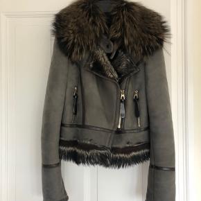 """Den smukkeste skind pels jakke fra Barbara bui  str fransk 38  Skindet er noget lam shearling og pelsen ræv  """"Pose"""" til jakke opbevaring medfølger og jeg er ret sikker på at jeg har kvitteringerne og tags'ne et sted!    Sælges kun til rette pris for det kun fordi jeg  har for mange jakker og bruger ikke denne her nok :)"""