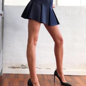 Smukkeste nederdel fra Envii i navy blå satin!  • Fejler intet - er aldrig brugt og helt som ny • Str. X-Small • NP: 450kr • MP: 100kr • Køber betaler Porto :-)