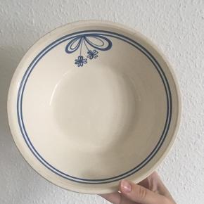 Meget fin keramikskål. Eventuelt til salat. Måler 21,5 i dia samt 7 cm i højde.