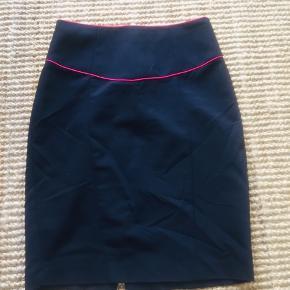 Superfed kort, højtaljet pencil skirt i retro stil. Sort med pink detaljer - let strækbart stof. Str S - passer bedst en str 34-36.