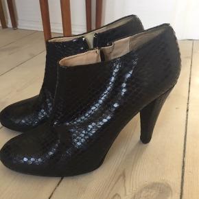 Smukke heels i skind med slangepræg. Aldrig brugt, kun prøvet.