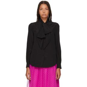 """Jeg overvejer at sælge denne smukke silkeskjorte fra Marc Jacobs, skjorten er helt ny med prismærke og er kun prøvet på, sælges, da jeg har så meget tøj. Modellen hedder bishop sleeve tie neck i sort. Falder smukt pga. den """"tunge"""" silke.  Jeg bytter ikke, respekter venligst dette. Samtidig betaler køber gebyr ved tshandel (sælger og køber)   ❤︎ 100% silke  ❤︎ Mål:  Skulder: 44 cm  Længde: 65 cm"""