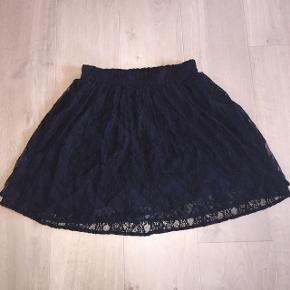 Ganni nederdel, Larkin LaceNy pris: 1.000 kr. Fra en ældre Ganni kollektion. Sælges ikke længere hos Ganni. Farve: Total Eclipse / Black 60% viskose, 40% Polyamid