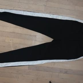 Sælger disse skønne bukser fra Custommade. De har en hvid stribe på siden. Der er ingen brugstegn og fremstår derfor i meget god stand  Mp 400kr eksl. Fragt