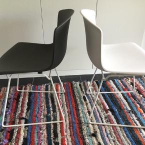I forbindelse med Harry Bertoias 100 års fødselsdag (2016) præsenterede Knoll International den klassiske Bertoia-stol Wire Chair i en ny version med sæde i plast. Prisen er for begge.