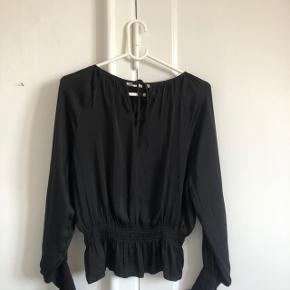 Rigtig fin bluse fra h&m i str xs. Den er j helt ny stand og jeg er åben for bud. Giver også mængderabat 🌿