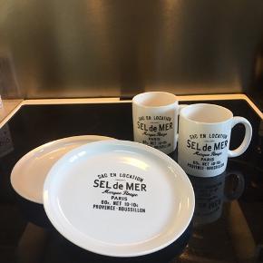 2 flotte krus med tallerkener, helt nyt sæt med prismærker på.
