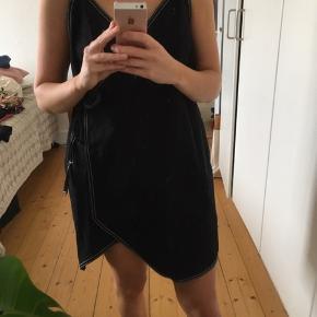 Sød slå-om-kjole fra Weekday i denimagtigt stof. Kan bruges med eller uden noget under.