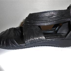 bc98d8a0c65 Str. 36. Varetype: Som nye! Flotte sandaler Farve: Sort Oprindelig  købspris: 1000 kr.